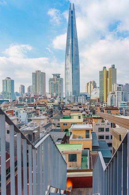 Lotte world tower e paisagem urbana com céu azul nublado no inverno Foto Premium
