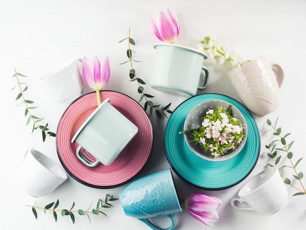 Louça de primavera com tulipas flores cor pastel Foto Premium