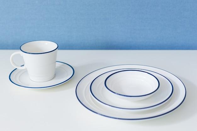 Louça limpa em branco Foto Premium