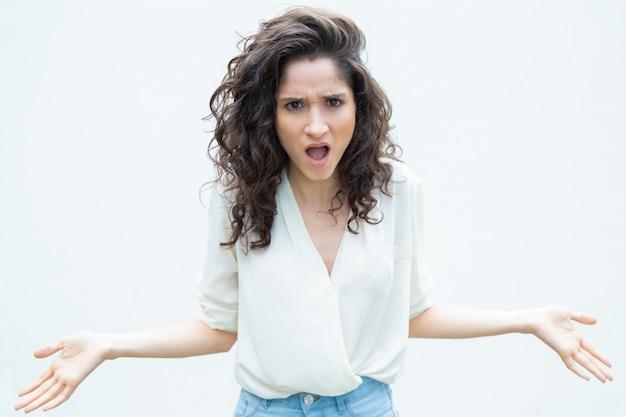 Louca mulher exagerada ofegante, espalhando as mãos Foto gratuita