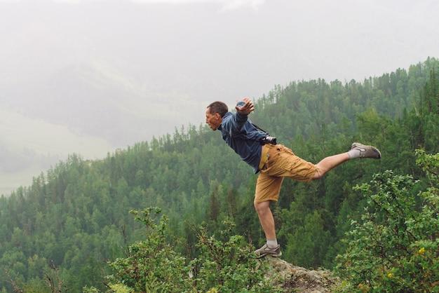 Louco turista no pico da montanha. Foto Premium
