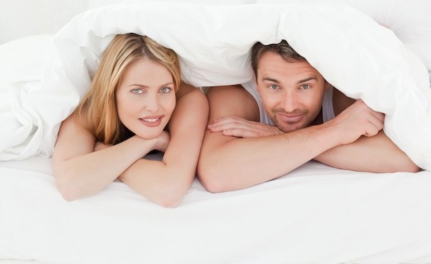 Lovely couple in their bed Foto Premium