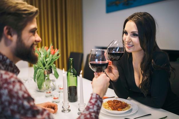 Loving pessoas curtindo vinho no jantar Foto gratuita