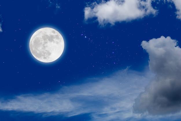 Lua cheia com estrelada e nuvens Foto Premium