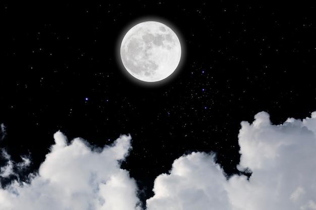 Lua cheia com fundo estrelado e das nuvens. noite escura. Foto Premium