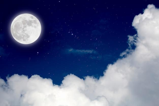 Lua cheia com fundo estrelado e das nuvens. noite romântica. Foto Premium