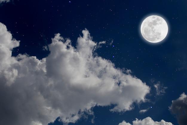 Lua cheia com fundo estrelado e nuvens. noite romântica. Foto Premium