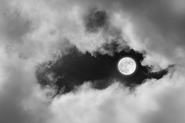 Lua cheia com fundo estrelado e nuvens Foto Premium