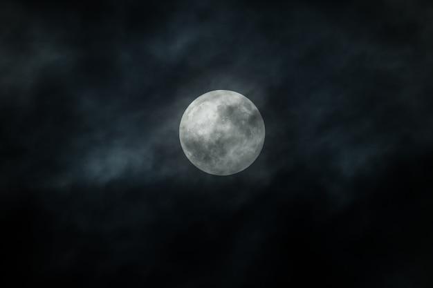 Lua cheia e nuvens no céu noturno Foto Premium