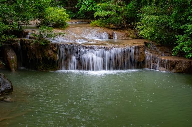 Lugar famoso na tailândia (queda de água arawan) Foto Premium