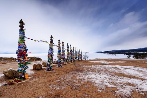 Lugar sagrado de buryat na ilha de olkhon, lago baikal, rússia Foto Premium