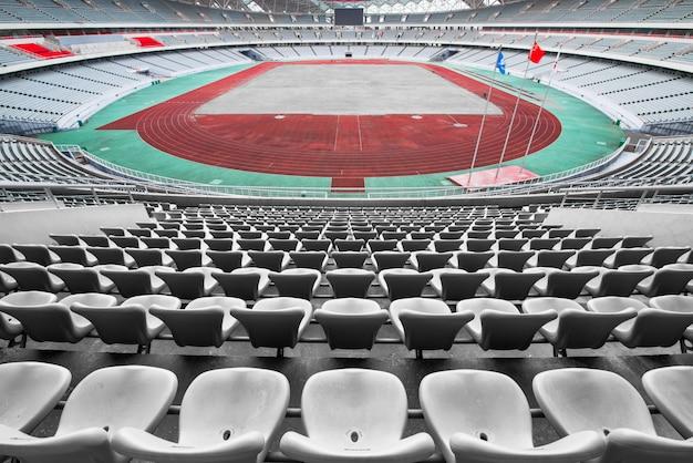 Lugares vazios de laranja e amarelos no estádio, filas de assento em um estádio de futebol Foto Premium