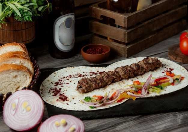 Lule kebab com salada de cebola em lavash Foto gratuita