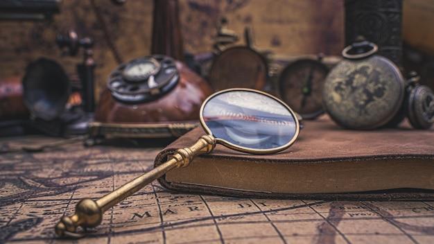 Lupa com acessórios de pirata Foto Premium