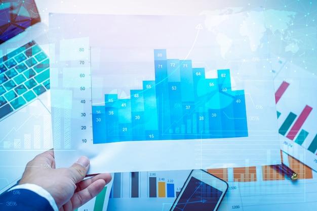 Lupa e documentos com dados de análise, deitado na mesa, fundo de finanças de negócios Foto Premium