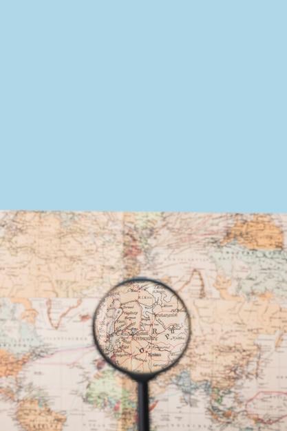 Lupa no mapa do mundo Foto gratuita