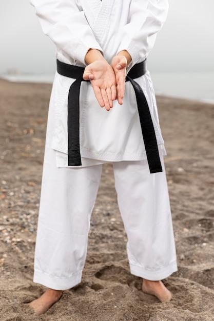 Lutador de artes marciais em traje de karatê Foto gratuita