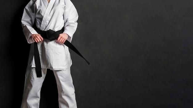 Lutador de karatê no espaço uniforme da cópia Foto Premium