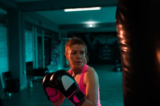 Lutador feminino em formação à noite. Foto Premium