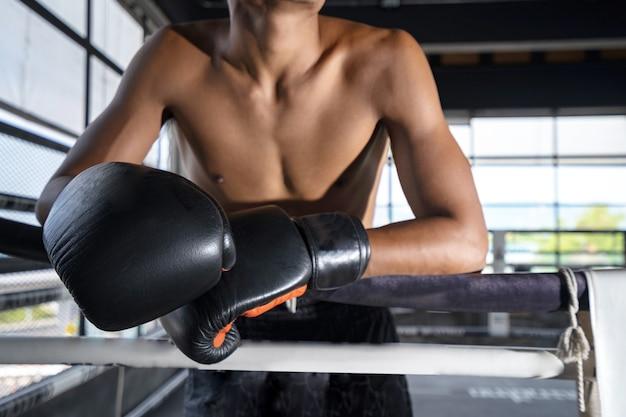 Lutador no palco antes do treinamento de luta, boxe tailandês. Foto Premium