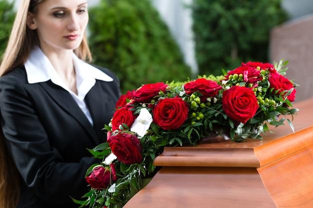 Luto mulher no funeral com caixão Foto Premium