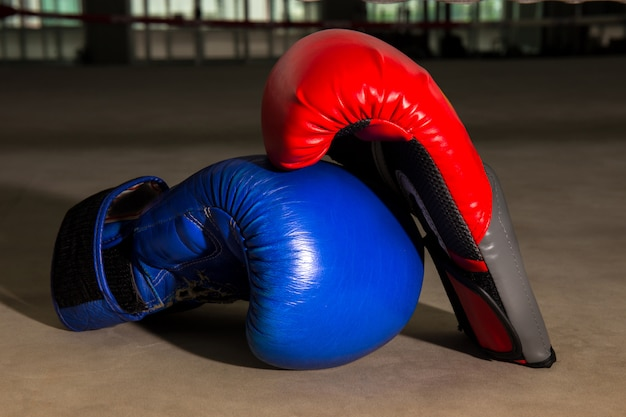 Luva de boxe vermelha e azul no ringue de boxe no ginásio Foto Premium