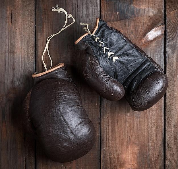 Luvas de boxe marrom muito velhas Foto Premium