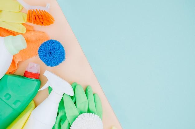 Luvas; escova; esponja; frasco de spray em duplo cenário Foto gratuita