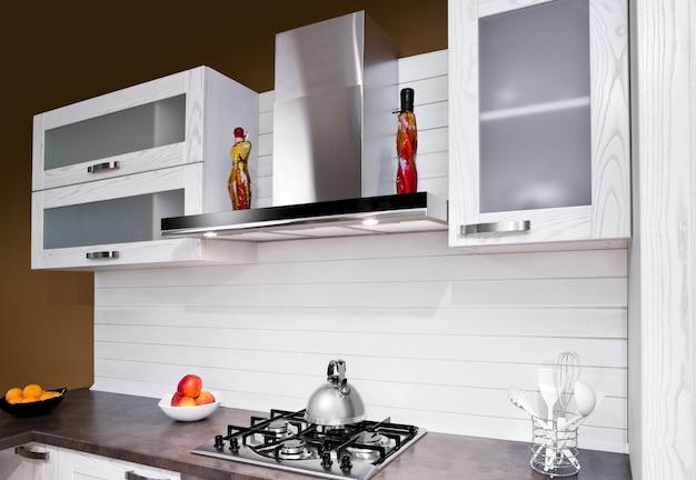 Luxuosa nova cozinha branca com aparelhos modernos Foto Premium