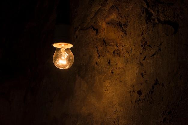 Luz acesa em um quarto escuro Foto Premium
