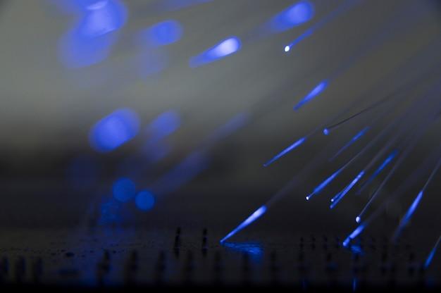 Luz azul passando pela fibra ótica Foto gratuita
