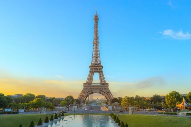 Luz da manhã no ícone da torre eiffel em paris, frança Foto Premium