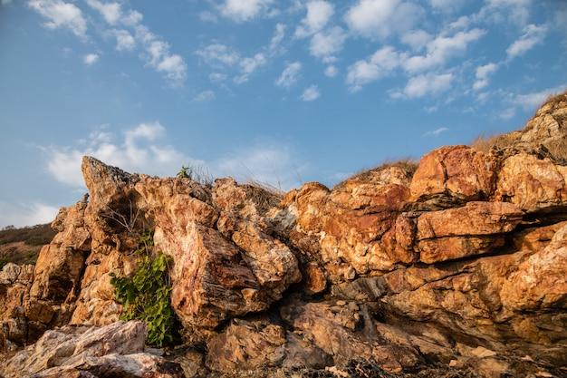 Luz da noite sobre as formações rochosas de khao laem ya, rayong, tailândia Foto Premium