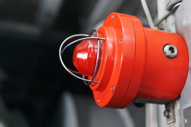 Luz de aviso vermelha de uma emergência beacont uma instalação industrial. Foto Premium