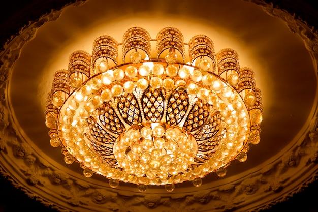 Luz de teto estilo de luxo brilhando amarelo dourado. Foto Premium