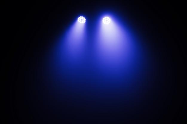 Luz do palco, luz dos holofotes através da escuridão, efeitos de luzes da cena spotlights, show de luzes no concerto. Foto Premium
