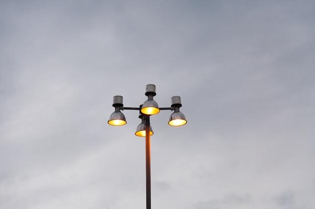 Luz e céu da rua, rua moderna da lâmpada Foto Premium
