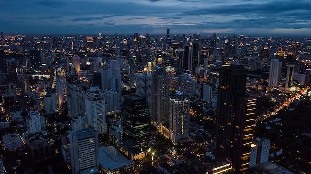 Luz na cidade, luz de edifícios e estradas Foto Premium
