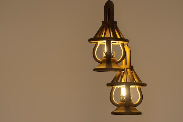 Luz pingente com lâmpada moderna. candelabro em luz ambiente. Foto Premium