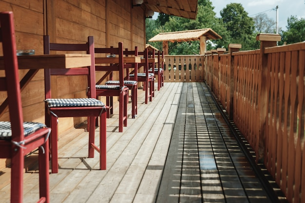Luz solar e mesa e cadeiras na varanda moderna Foto Premium