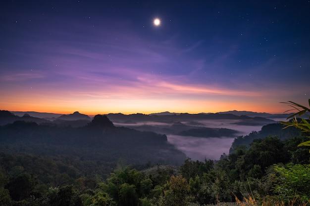 Luz solar ponto de vista sobre a montanha com a lua ao amanhecer Foto Premium