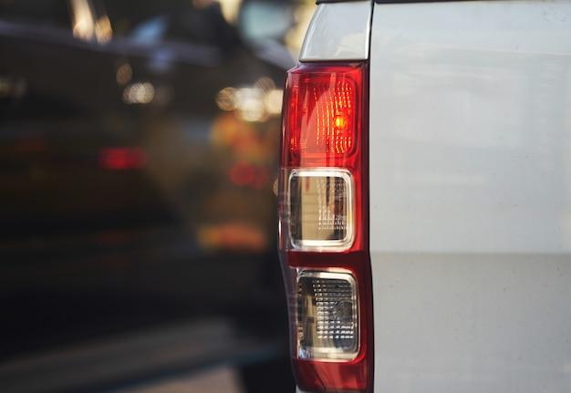 Luz traseira do mini caminhão acender na luz usando para sinalizar outro carro nas viagens de trânsito Foto Premium