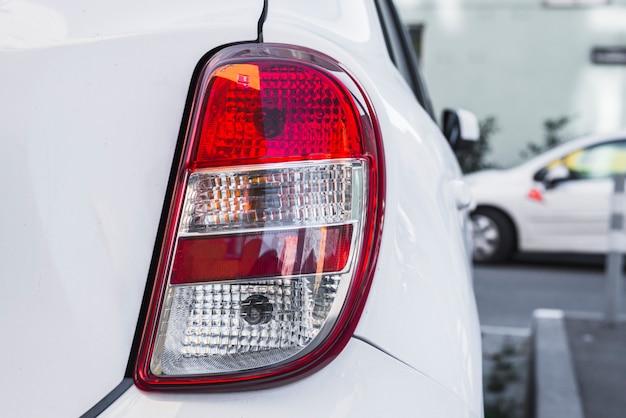 Luz traseira em carro branco novo Foto gratuita