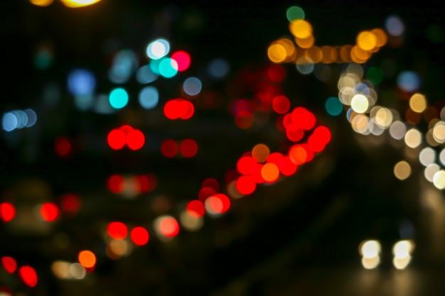 Luz vermelha de engarrafamento na estrada fora da cidade do dia nacional Foto Premium