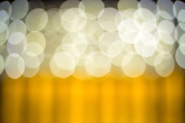 Luzes borradas com efeito bokeh fundo dourado Foto Premium