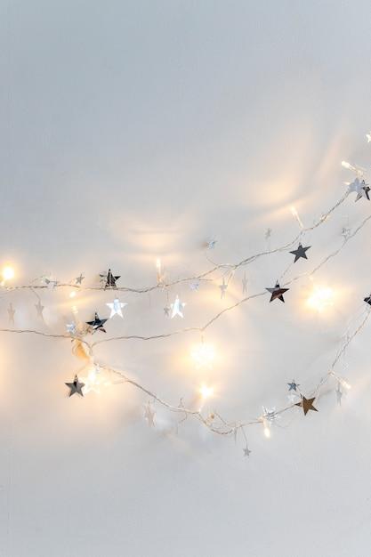 Luzes de fada e estrelas de ornamento Foto gratuita