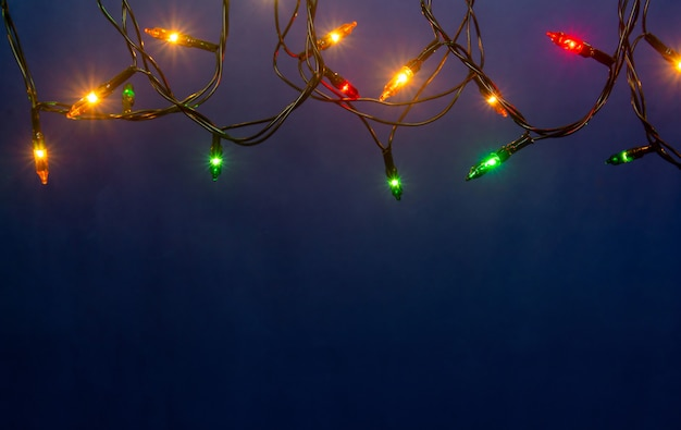 Luzes de natal em fundo azul com copyspace Foto Premium