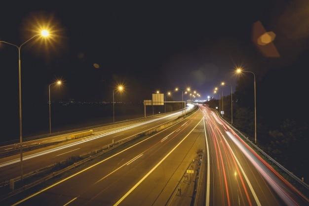Luzes do carro na estrada Foto gratuita