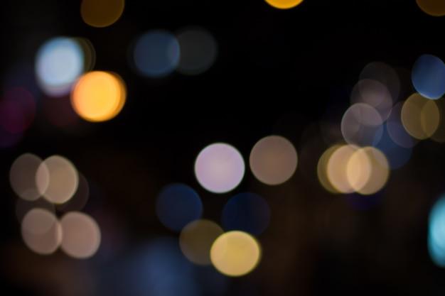 Luzes do carro turva e tráfego na cidade Foto Premium