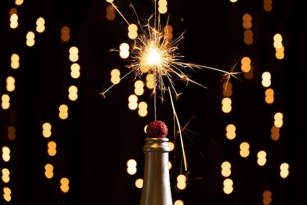 Luzes douradas e fogos de artifício acendem à noite Foto gratuita